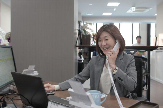 総合職の女性です(^^) にも関わらず(偏見かな?) ITスキルが高く、事務所のパソコントラブルは彼女が一手に解決しています!小さな体に大きなパワーの頼もしいお姐さんです。    (会計事務所/経理/税理士/税理士補助/英語/一般事務)  (会計事務所/経理/税理士/税理士補助/英語/一般事務)